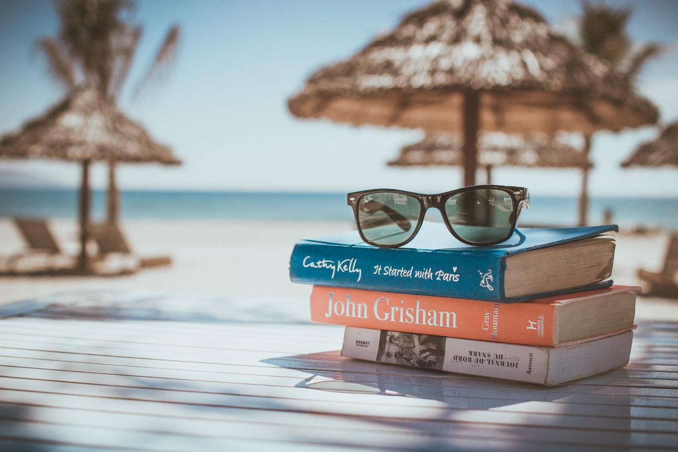 bøger og solbriller
